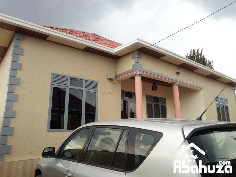 A LOW PRICE HOUSE FOR SALE ON ASPHALT ROAD [Frw55, 000,000≈ $56,410]
