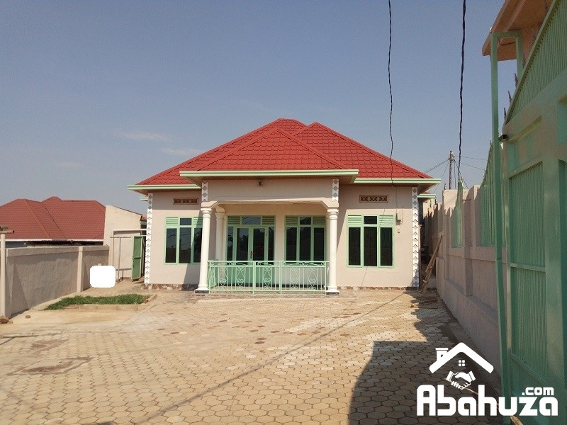 A 4 BEDROOM HOUSE TO SELL ON THE TARMAC ROAD