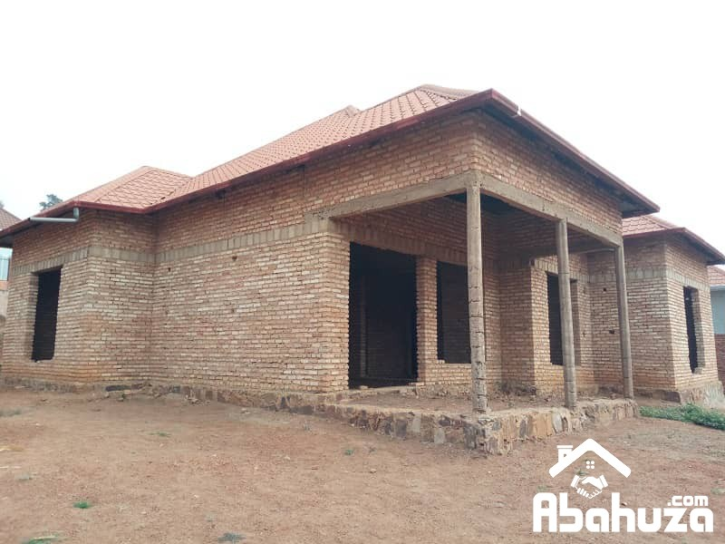 A HOUSE OF 4 BIG ROOMS IN PLOT OF 568 SQM NEAR ASPHALT ROAD