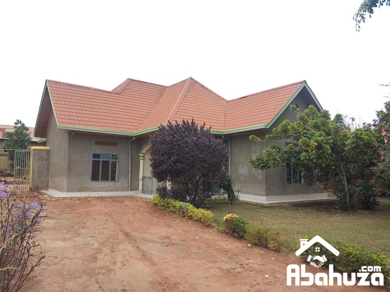 A BIG HOUSE IN PLOT OF 1107SQM FOR SALE MASAKA