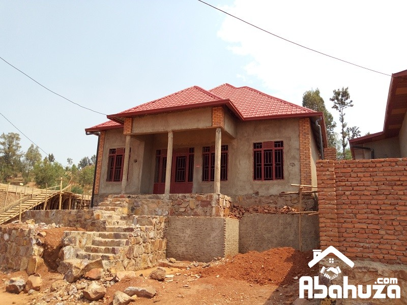 A HOUSE FOR SALE IN 80METERS TO ASPHALT ROAD