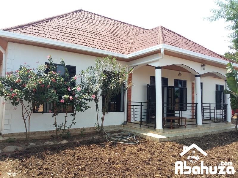 4 BEDROOM HOUSE FOR SALE ON ASPHALT ROAD